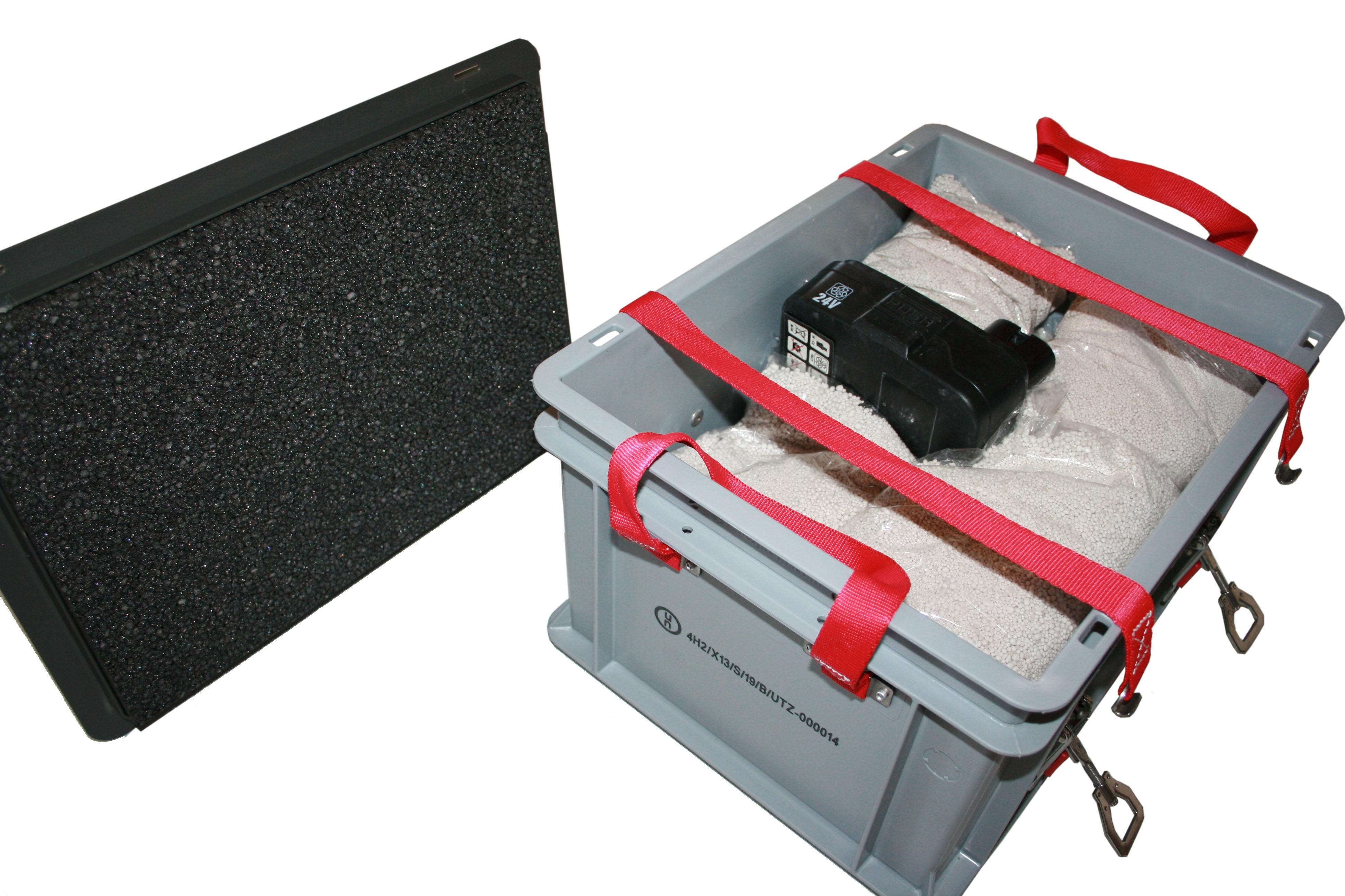Akku Ladebox mit Löschgranulat Extover in 20 x genadelte PE-Füllkissen. Inkl. Brandschutzmatte am Kabeldurchlass innen. Zum Laden von Akkus in der Box. Behältergröße Außen : 400 x 300 x 235 mm. Inkl. 2 x Kabeldurchführungen mit 8mm und 12mm Durchmesser. Durchführung auch mit Stecker möglich. Lagerbox für E-Bike Akkus