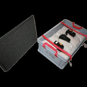 Akkubox ( groß) zum Laden mit einer oder zwei Ladestationen. Behältergröße Außen : 600 x 400 x 235 mm. Inkl. 2 x Kabeldurchführungen mit rund 8mm und 12mm Durchmesser. Mit 27 x 0,190 kg + 3 x 1 kg ( genadelte PE-Beutel) EXTOVER als Löschgranulat