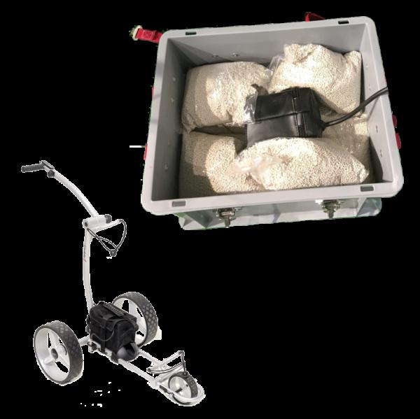 Golfer Ladebox für Akkus inkl. Brandschutz. Mit 22 x 0,190 kg ( genadelte PE-Beutel) EXTOVER als Löschgranulat. Behältergröße Außen : 400 x 300 x 285 mm. Inkl. 2 x Kabeldurchführungen mit rund 8mm und 12mm Durchmesser. Durchführung auch mit Stecker ( 42 mm x 2,3 mm) möglich. Inkl. IFPS Brandschutzmatte am Durchlass zum Schutz gegen Ausbreitung eines Akku-und Kabelbrand.