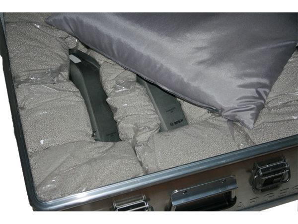 Akku Lager und Transportbox ZARGES K470 für 3 x Akku.Mit dem Löschgranulat EXTOVER und Brandschutzmittel , 4 x 1 kg + 36 x 0,19 kg genadelte PE-Beutel zzgl.1 x 3kg Stoffkissen B1 schwer entflammbar.Ein perfekter optimierter Sicherheitsbehälter für die Lagerung.