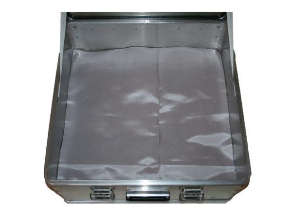 Akku Lager und Transportbox ZARGES K470 für 3 x Akku. Mit dem Löschgranulat EXTOVER und Brandschutzmittel , 4 x 1 kg + 36 x 0,19 kg genadelte PE-Beutel zzgl.1 x 3kg Stoffkissen B1 schwer entflammbar. Ein perfekter optimierter Sicherheitsbehälter für die Lagerung.